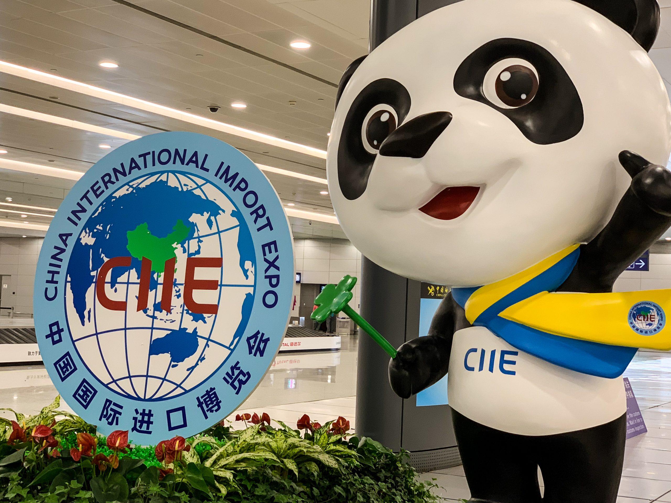 Propaganda da China International Import Expo no aeroporto